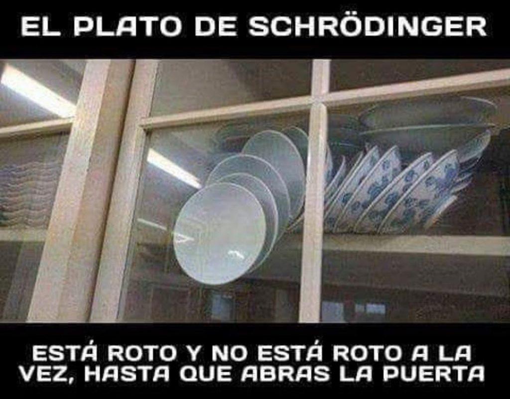 Una pila de platos guarda un equilibrio inestable en el interior de una vitrina. En el momento en el que se abra la puerta todos los platos caerán al suelo.
